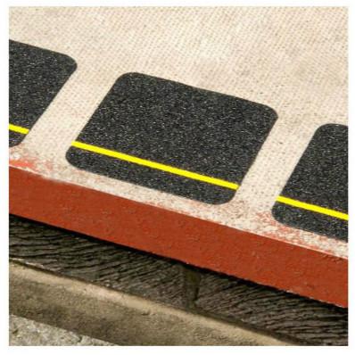 2 quadrati adesivi neri antiscivolo con banda gialla