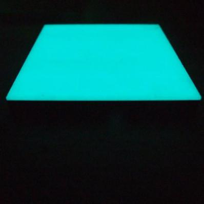Pequeños guijarros fosforescentes en cristal que se iluminan en